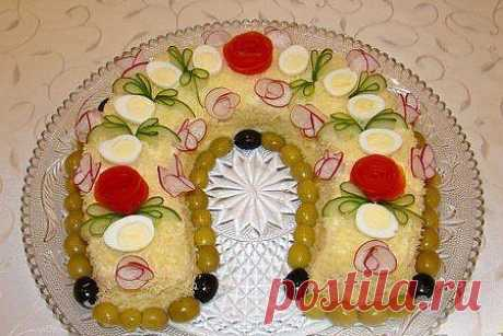 Новогодний салат «Подкова» Источник Красота спасет мир  Яркий и очень вкусный новогодний салат, который соответствует стилю грядущего праздника - наступлению года Лошади. Это блюдо украсит ваш праздничный стол и прибавит новогоднего настроения вам и вашим гостям. Пора готовиться!  Надо: Куриное филе (запеченное или отварное) - 2 шт., яйца куриные - 4 шт., морковь по-корейски - 200 г., лук красный - 1 шт., майонез - 300-400 мл, сыр твердый - 150-200 г.
