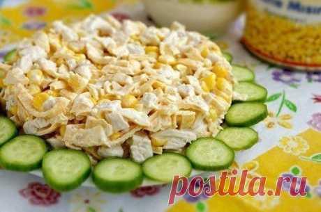 Вкусненький салатик с курицей и яичными блинчиками Итого на 100 грамм 113.8 ккал Б/Ж/У 15 / 4.6 / 2.2  Ингредиенты: Куриное филе - 500 г Яйца - 7 шт Лук - 50 г Сметана нежирная - по вкусу Соль, перец - по вкусу  Приготовление: Куриное филе отварить до готовности (варить около 20 минут после закипания). Лук мелко нарезать. Залить его кипятком и оставить на 10 минут, затем воду слить, лук промыть в холодной воде (это делается для того, чтобы лук не горчил). Пока ку...