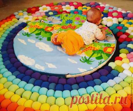 Коврик из старых трикотажных футболок.  Изготовление коврика — долгий и кропотливый процесс, но результат того стоит! Можно шарики Ø 1,6 м (около 500шт.) пришить. Из подходящей по рисунку ткани сшить круглый чехол на молнии для матрасика. Этот способ можно использовать для изготовления детского пуфика.   © https://www.livemaster.ru/topic/2328997-izgotavlivaem-veselyj-kovrik-iz-staryh-trikotazhnyh-futbolok?msec=146