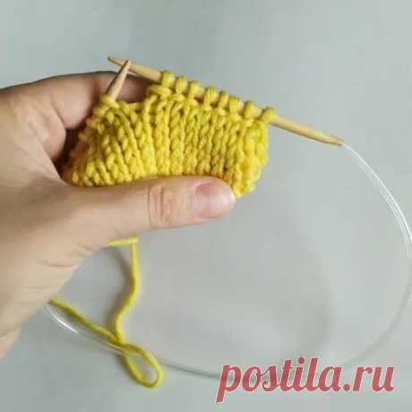 Фабричный кетельный шов. Полезность от @kwiki_knitting Такой способ используют для вязания толстовок, снудов, а также для для оформления низа изделия на свитерах.  Листайте карусель, там наглядный пример с таким способом кеттельного шва.
