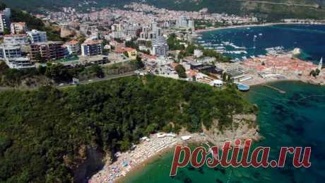 Курорты Черногории: Будва • Магазин путешествий География Город располагается на побережье Адриатического моря, в центральной его части. Вместе с прилегающими к нему районами входит в состав Будванской