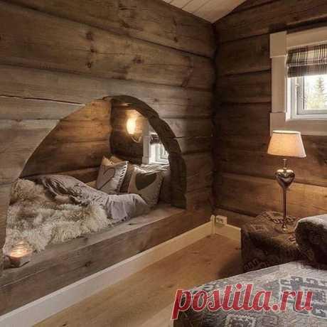 Уютное место для сна в деревянном загородном доме