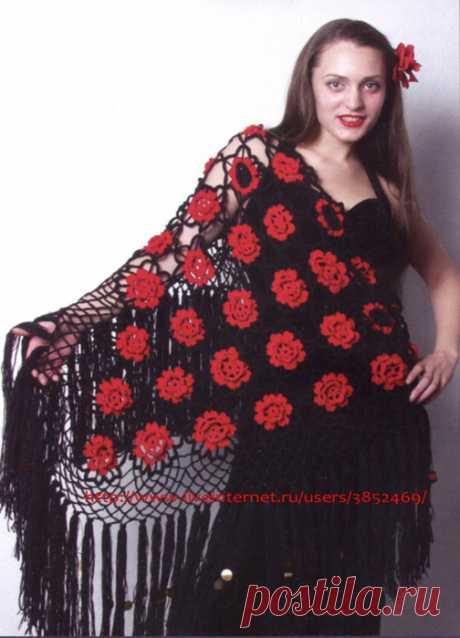 Шаль из красно-чёрных цветочных мотивов