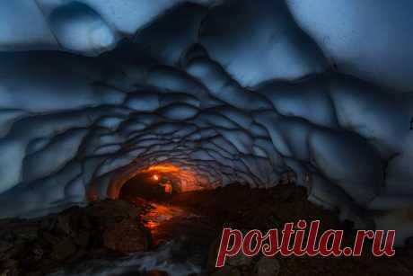 Снежная пещера вулкана Мутновский, Камчатка. Автор фото – Денис Будьков: