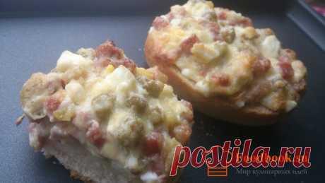 Горячие бутерброды с колбасой | Foodbook.su Далеко не всегда бутерброды следует накрывать булкой сверху. В этом рецепте мы решили, что начинка должна быть на виду. От золотистой сырной корки, слюнки текут