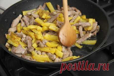 Жареная картошка со свининой. Отличный рецепт вкуснейшего сытного блюда. Картофель и кусочки свинины обжариваем отдельно, а затем соединяем.