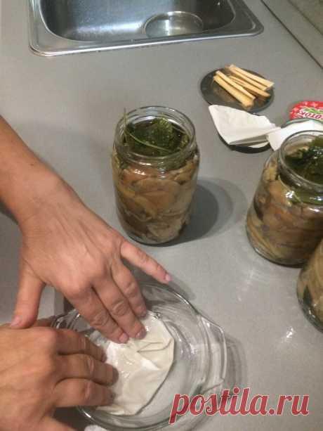 Как хранить соленые грибы без термообработки и герметичной укупорки вне холодильника в условиях стандартной квартиты | Грибное лукошко | Яндекс Дзен