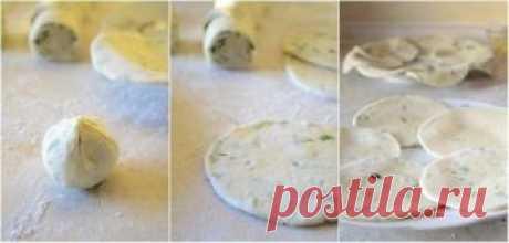 Пучок зеленого лука, мука и вода — простейшие продукты. а результат — объедение! Стоить приготовить это блюдо хоть раз, чтобы влюбиться в него. Румяные, ароматные, хрустящие лепешки с зеленым луком