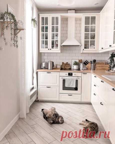 Хороший пример скандинавского стиля в доме. Кухня с обеденной зоной получились очень уютными. Акцент на дерево.
