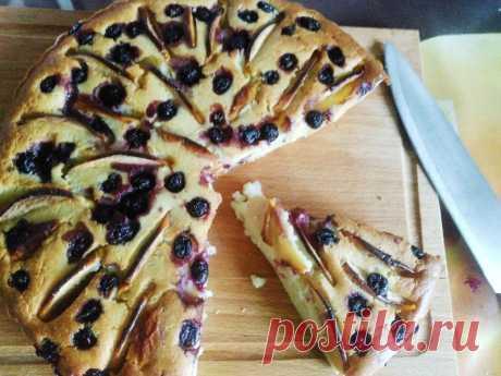 Быстрый пирог с яблоком и смородиной — Кулинарная книга