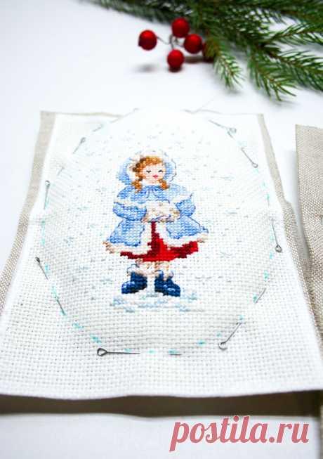 Оформляем вышитые крестиком миниатюры в новогодние подвески