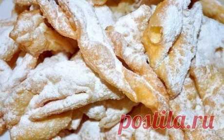 Воздушный хворост – хрустим всей семьей    Ингредиенты:    Мука пшеничная – 2.5 стакана  Молоко – 50 г  Сметана – 70 г  Сода  Яйца куриные – 2 шт.  Ванилин — на кончике ножа  Сахар – песок – 1 ст. ложка  Водка – 2 ст. ложки  Уксус  Сахарная пудра  Масло растительное – 300 мл    Приготовление:    1. В емкости взбиваем яйца с сахаром и ванилином, добавляем сметану и водку и хорошенько все перемешиваем.  2. Гасим уксусом соду и тоже добавляем в тесто.  3. В полученную массу постепенно добавляем мук