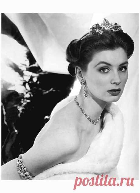 Suzy Parker for Mauboussin, 1953  Photo Henry Clarke