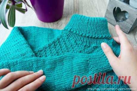 Простой детский свитер спицами.