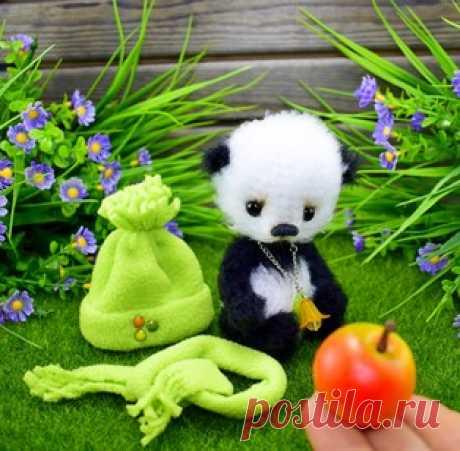 Пандик амигуруми. Схемы и описания для вязания игрушек крючком! Бесплатный мастер-класс от Ирины Чернявской по вязанию Пандика крючком. Высота вязаного медвежонка примерно 16 см. Для изготовления игрушки автор испо…