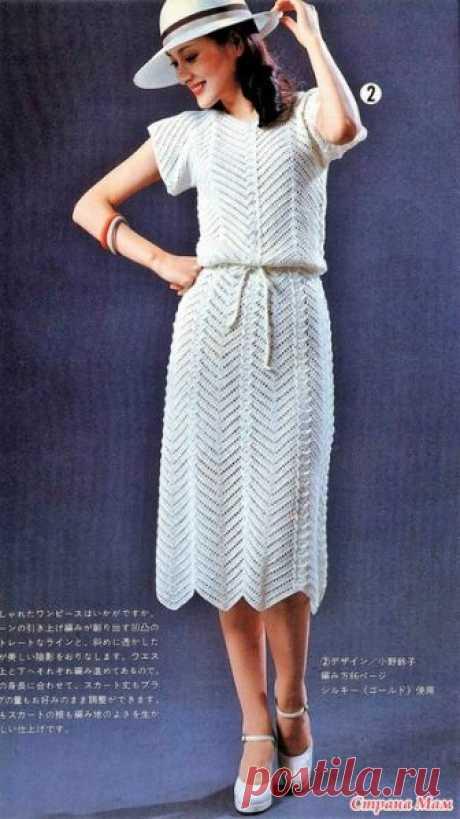 Винтажное платье белого цвета. Это винтажное платье связанно зигзагообразным узором и выглядит очень элегантно. Платье вяжется из льняной пряжи.Крючок 1 Размер S.Длинна 107 см. журнал Ondori https://amimono.ru/