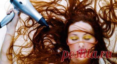 Не делайте так! 10 частых ошибок при сушке феном Часто укладываете волосы феном? Тогда проверьте, не совершаете ли вы одну из этих ошибок, которые могут нанести прическе непоправимый вред. Вы выбираете режим с максимальной температурой Соблазн быстр