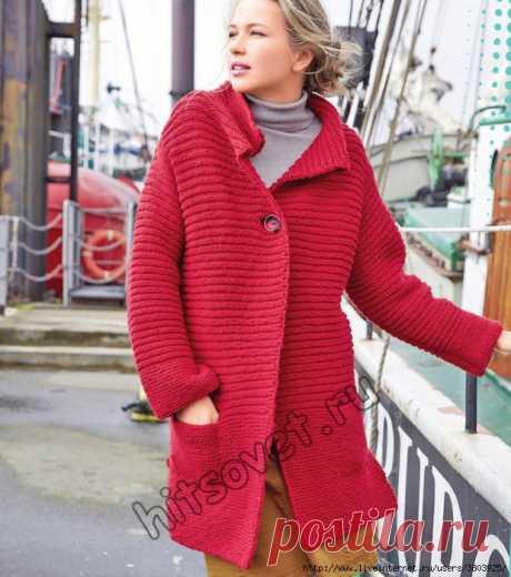 Шикарное укороченное красное пальто спицами – мечты сбываются.