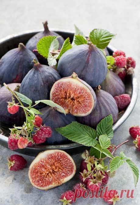 Осенние фрукты в красном вине