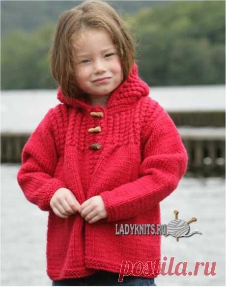 Вязаный спицами теплый жакет с капюшоном для девочки от 5 до 8 лет