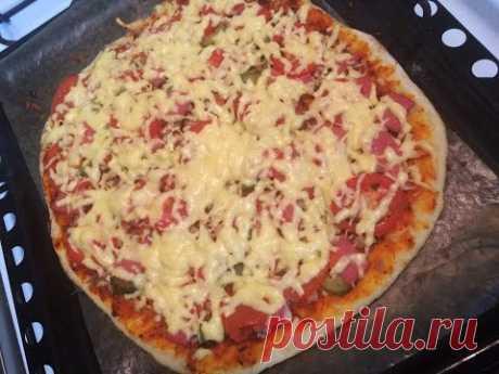 Очень вкусная домашняя пицца!!! Быстрый и легкий рецепт. Кулинария. Рецепты. Понятно о вкусном.Ингредиенты для теста: Мука — 1 стакан Вода (теплая) — 0,5 стакана Мед — 0,5 ст.л. Соль — щепотка Дрожжи — 1 ч.л.  Подсолнечное масло — 1 ст.л.  Ингредиенты для начинки: Сыр, колбаса, курица отварная, соленые огурцы, свежие помидоры, лук, прованские травы, томатная паста