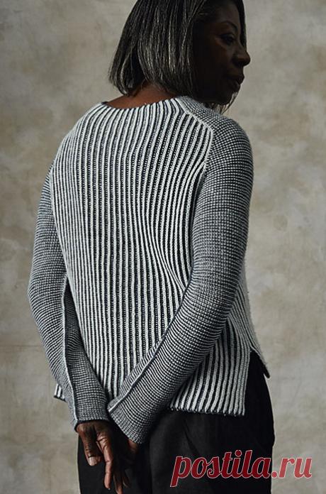 Вязаный пуловер «Luna» выполнен в офисном стиле рисунком бриош