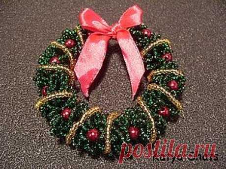 Рождественский венок из бисера Рождественский венок из бисераРождественский венок из бисера может украсить не только дверь, но и праздничный и даже рабочий стол.