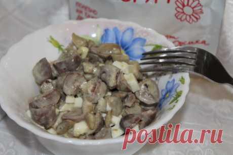 Салат из куриных сердечек и грибов - Простые рецепты Овкусе.ру