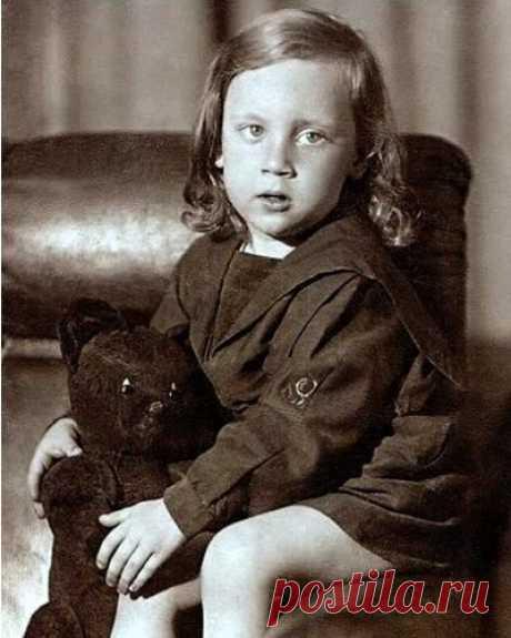 Володя Высоцкий в детстве, 3 года, июнь 1941 год Петь он любил совсем маленьким. Не очень-то понимая смысл слов, подпевал отцу: «Любимый город может спать спокойно...» или: «Три танкиста, три веселых друга, экипаж машины боевой...» Вместо «экипаж» он говорил «пекитаж».