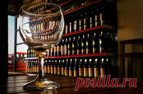 В «Трезвой России» рассказали, как бары в домах незаконно продают спиртное По словам главы движения, небольшие заведения пользуются лицензией общепита и продают алкоголь в ночное время