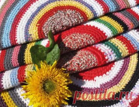 Моя подруга вяжет разноцветные коврики | ВЯЗАНИЕ СПИЦАМИ И КРЮЧКОМ | Яндекс Дзен