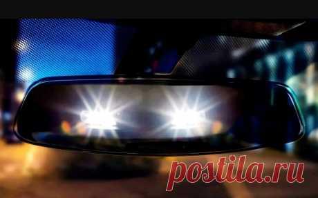 Обязан ли водитель автомобиля уступать дорогу, если сзади ему моргают дальним светом?