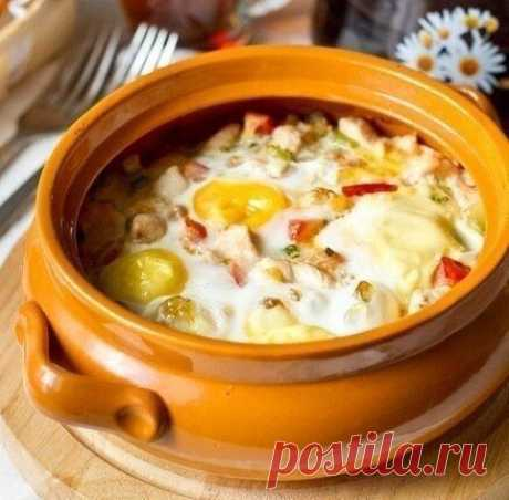 Яйца, запеченные с курицей и овощами 107 ккал/100 гр  Ингредиенты на 2 порции: 1 куриное филе 100-150 г кабачка 1 крупный стебель сельдерея 1 зубчик чеснока 1 средний помидор соль по вкусу 4 яйца 1 ст.л. растительного масла.  Филе нарезаем на маленькие кусочки. Мелко рубим сельдерей и кабачок. В сковороде на сильном огне разогреваем 1 ст.л. растительного масла. Кладем курятину и жарим, помешивая, до золотистого цвета, около 2-3 минут. Перекладываем в горшок или форму для з...