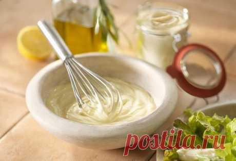 ОБАЛДЕННЫЙ МАЙОНЕЗ ВСЕГО ЗА ПОЛ МИНУТЫ (3 рецепта)  1 рецепт Ингредиенты: 1 яйцо 250 мл. подсолнечного масла без запаха 1 ч.л сахара 1\3 ч.л соли 1 ст.л лимонного сока  Все в баночку 0,5 л. Взять погружной блендер и главное желток внутрь венчика и плотно прижать к баночке ко дну. Взбивать желток, время от времени приподнимать венчик. Взбиваем 2-3 минуты. Вот и готово! Натурпродукт  Хотите провансаль - добавьте 1 ч.л горчицы. Хотите тартар - добавьте чеснок и мелко порезанный соленый огурчик.