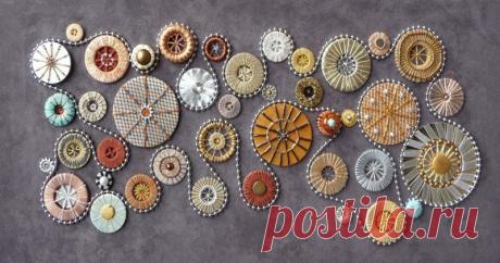 Знаменитые Dorset buttons: история, применение, технологии изготовления Дорсетская пуговица (Dorset buttons) была изобретена в Дорсете (Англия) в 18 столетии. Первоначально основание для пуговицы изготавливалось из бараньего рога, позже стали использоваться металлические кольца. Долгое время изготовлением дорсетских пуговиц было отдельной отраслью. Этим ремеслом занимались целые семьи, а также заключенные в тюрьмах и дети-сироты в приютах.