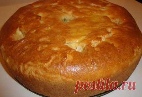 Тесто для любого пирога  #пироги@azbykavkusa  Ингредиенты:  3,5 стакана муки,  1 стакан кефира,  200 гр. маргарина,  1 яйцо,  сода - 1 ч. ложка,  яйцо для смазки верха пирога.   Способ приготовления:  Маргарин натереть на терке, добавить яйцо, соду, кефир, муку. Вымесить тесто и положить в холодильник примерно на 1 час.  Затем раскатываем пласт, складываем вдвое, раскатываем, еще раз вдвое (наподобие слоеного).  Выкладываем начинку: мясной фарш + картошка, либо любые сладк...