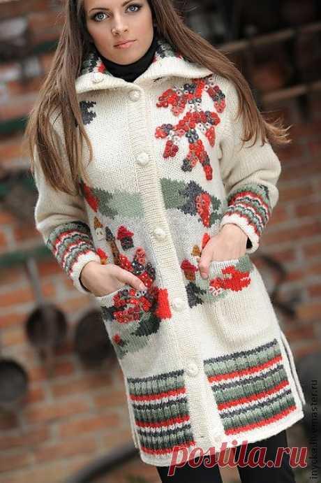 Вязаное пальто W11 - рисунок,яркий,красные ягоды,орнамент,домики,тёплое пальто