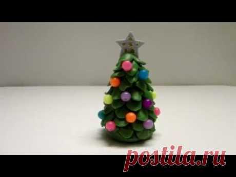 Лепим новогоднюю елку из пластилина. Также такую фигурку можно слепить из полимерной глины, марципана или мастики в качестве украшений для тортов.