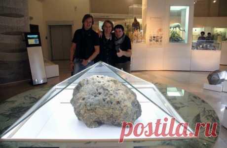 Вчелябинском метеорите нашли неизвестную форму углерода Ученые обнаружили неизвестную на Земле форму углерода во фрагментах метеорита, который упал в Челябинской области в 2013 году, сообщил доцент кафедры