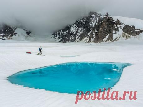 Сапфировое озеро на вершине ледника, Аляска