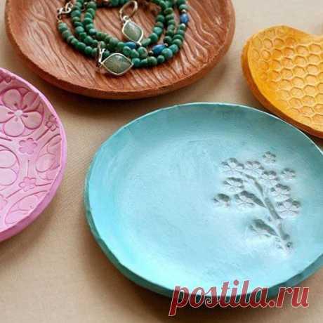 Неожиданный подарок близким: красочные и оригинальные декоративные тарелки из полимерной глины