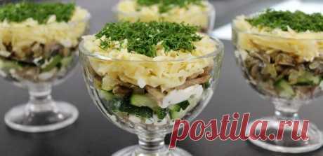 Салат Швейцарский. Отлично подойдет на новогоднее застолье Сочетание куриного мяса и грибов в салатах, считается одним из самых удачных. И вот такой простой, но оригинальный салат, отлично подчеркнет вкусы всех остальных праздничных блюда на вашем новогоднем столе. Особо отмечу, что сыр берите качественный, от него во многом зависят сочетания вкусов продуктов в салате. Для приготовления вам потребуются такие ингредиенты: шампиньоны, 400 г; […]