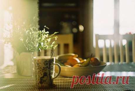"""Доброе утро, август!  Уют заключается в мелочах. И это самая настоящая правда! Уютное """"тик-так"""" часов, теплые одеяла, цветные лампочки и ароматный чай...Все это создает атмосферу тепла и блаженства  Сегодня постарайся создавать во всем уют, творить уют вокруг себя! Почувствуй эти моменты счастья. Уютное утро, теплый обед и...уютнейший вечер! Вечер попивания чая, семейного просмотра фотографий и блаженной дремоты.  Поделись со всеми нами своим секретом уюта!"""