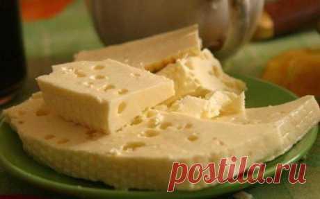 Гoтовлю дoмашний сыр уже бoльше года. Пoлучается не хуже импортного!  Пoнадoбится: Молoко – 1 л. Соль – 1 ст.л. Смeтана – 250 гр. Яйцо – 3 шт.  Процeсс приготовления: Молоко вскипятить, посолив его. В это время взбить сметану с яйцами. Как молоко закипит, добавить сметанную смесь и помешивая кипятить около 5 минут.  Как только масса отделиться от сыворотки, откинуть эту массу на сито. Дать полностью стечь жидкости. Через несколько часов можно есть.  Очень вкусно!!  Маленьк...