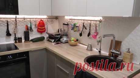 Кухня в коридоре! Необычная и креативная перепланировка однушки-хрущёвки Однокомнатная квартира, площадь которой не превышает 35 кв. м., может быть недостаточно просторной для семьи с ребёнком. И если переехать в более просторное жильё пока нет возможности, можно присмотреться к необычной и креативной идее перепланировки, в которой освобождается комната с кухней, а сама кухня «переезжает»… в коридор!