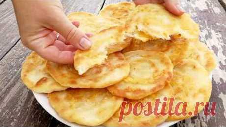 Сметут со стола за минуту! Быстрые ЛЕПЕШКИ за 10 минут на сковороде Очень вкусные, хрустящие сырные лепешки на сковороде! Готовятся быстро, а съедаются еще быстрее:) Попробуйте:)  Дорогие друзья, присоединяйтесь к нам и делитесь фотографиями, что у Вас получилось:)  ► VK - https://www.vk.com/tartuffolo ► Instagram - https://www.instagram.com/tartuffolo.ru ► Facebook - https://www.facebook.com/1996936257297755/  Ингредиенты: 1 яйцо 200 мл кефира 320 гр муки 1 ч.л. с верхом ...