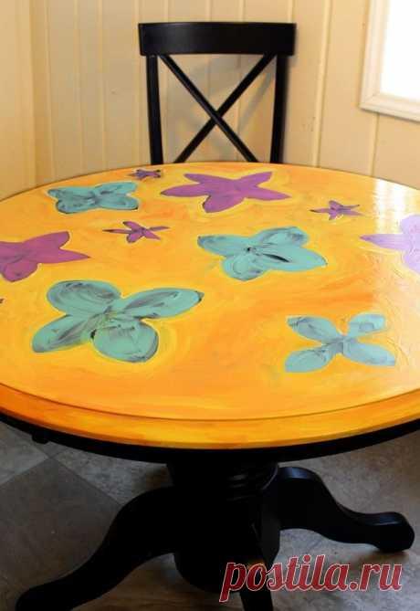 Девушка покрасила обычный кухонный стол, чтобы преобразить свою кухню