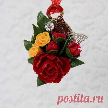Кулон с цветами и бабочкой ручной работы