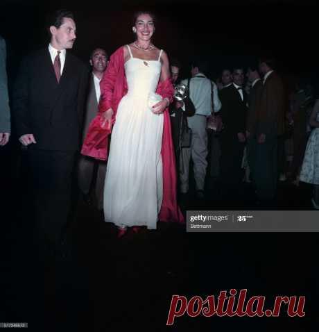 venice-maria-meneghini-callas-italian-opera-singer-arriving-at-film-picture-id517246572 (1971×2048)