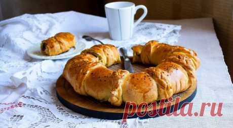 """Пирог """"Венок с ветчиной и сыром"""" - ПУТЕШЕСТВУЙ ПО САЙТУ. Оригинальность этого пирога не только во вкусе, но и в подаче. Как сделать такой пирог с косами, я покажу на фотографиях. Начинку можно сделать на свой вкус и менять ее по желанию! ИНГРЕДИЕНТЫДля начинки: 150 г ветчины 200 г сыра (лучше моцареллы) 1 желток и 50 г молока для обмазки …"""